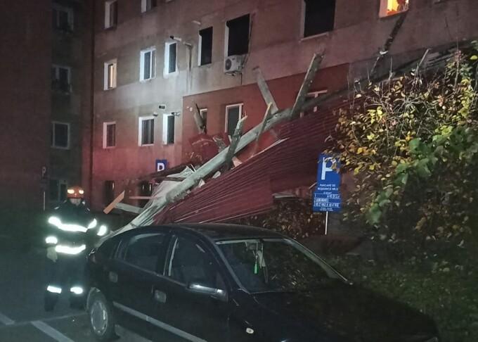 Huszonöt tömbházban, több gépjárműben tett kárt a szél Vajdahunyadon