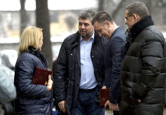 Gabriela Firea (stg.), Ion-Marcel Ciolacu (ctr. stg.), Mihai Fifor (ctr. dr) si Gabriel Mutu (dr.) discuta inainte de sedinta Comitetului Executiv National (CExN) al PSD.