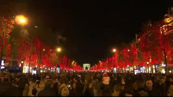 Luminile de sărbători s-au aprins pe Bulevardul Champs Elysees din Paris