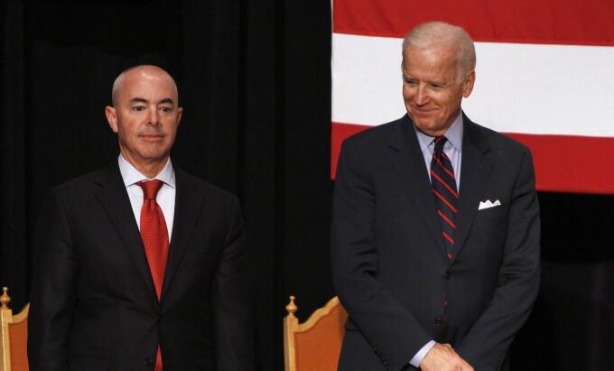Alejandro Mayorkas și Joe Biden