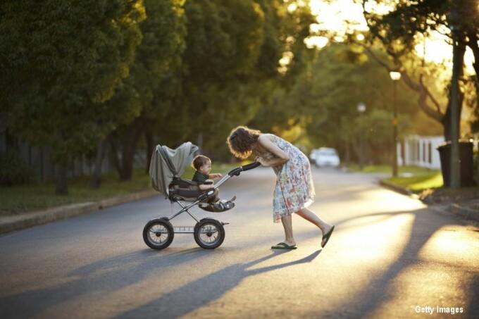 mama cu copil in carucior