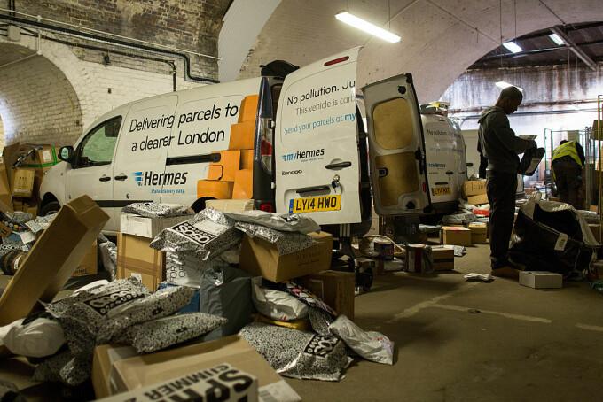 curier hermes incarca marfa in Londra