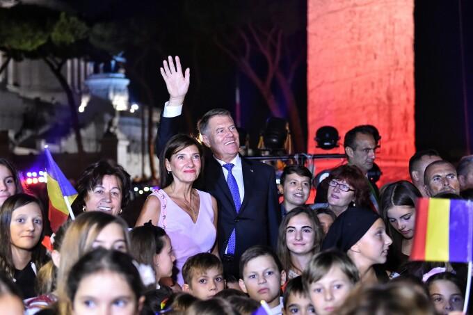 Columna lui Traian, luminată în culorile României. Iohannis, aplaudat de sute de români
