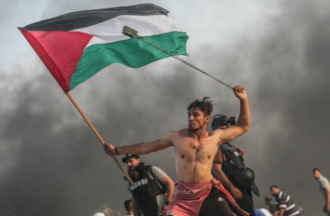 Un protestatar palestinian, surprins într-o ipostază care aminteşte de o pictură de acum 180 de ani