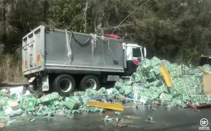 Mii de cutii de bere s-au împrăștiat pe o autostradă
