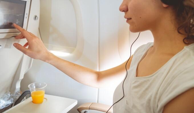 Hărțuire în timpul zborului: Ce mesaje îi apăreau unei femei pe ecranul din fața scaunului