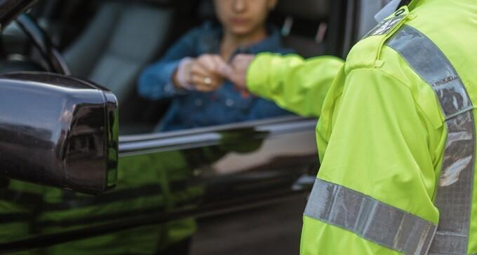 Un șofer a fost amendat pentru că a băut apă în timp ce se afla la volan
