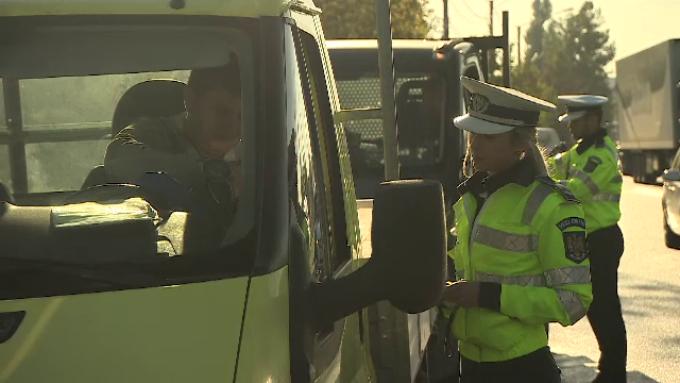 Polițiștii au dat în doar 2 zile mii de amenzi pentru cei care au folosit telefonul la volan