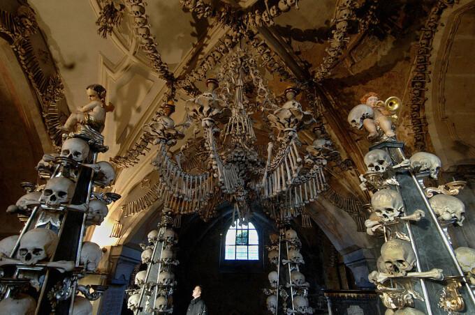 Biserica decorată cu oase, atracție turistică macabră. Ce nu au voie să facă vizitatorii - 1