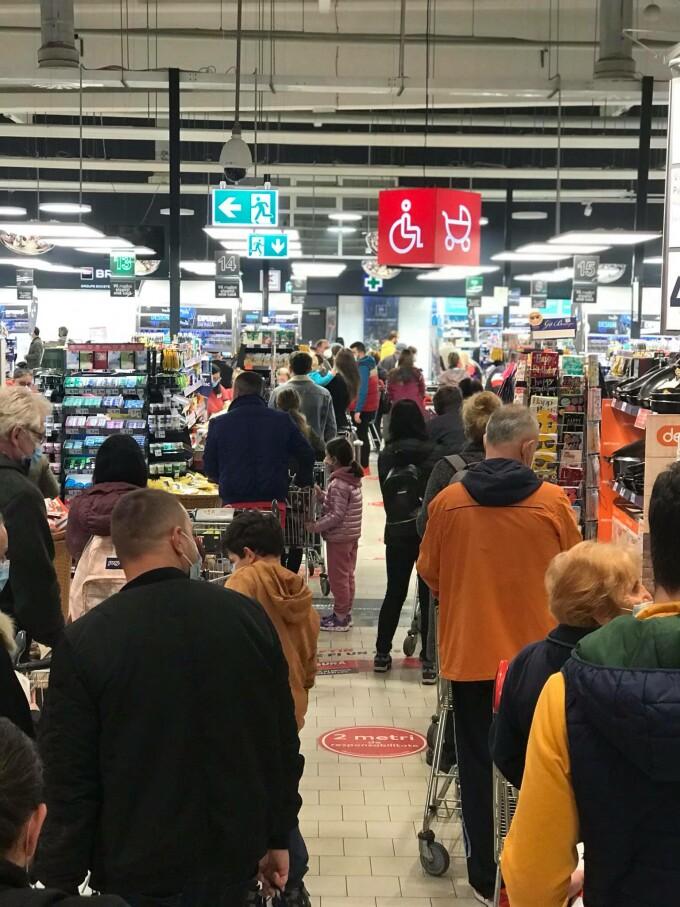 """O imagine cu oameni care stau unii într-alții într-un hypermarket din Cluj a devenit virală. """"Bine că s-au închis școlile"""""""