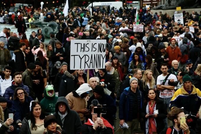 """Mii de persoane au protestat împotriva restricţiilor la Londra. """"Pandemia este o păcăleală"""""""
