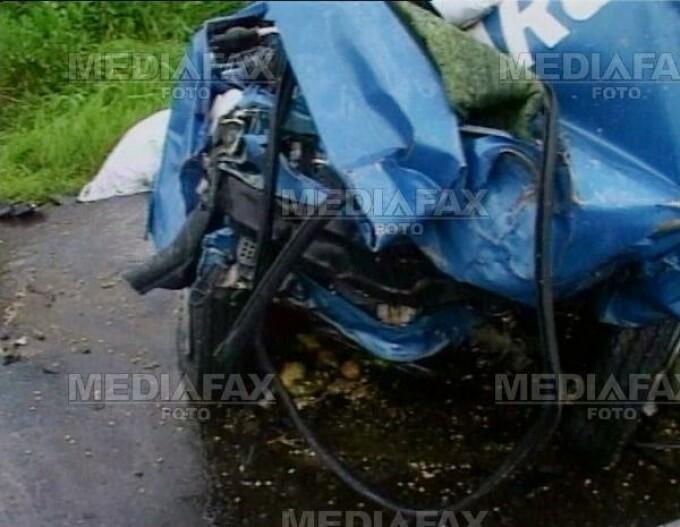 Sapte tineri au murit dupa ce masinile lor s-au izbit de capete de pod