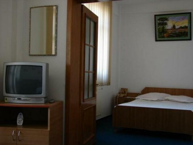 Angajatii motelului din Vetis, pusi pe jar de un client beat!
