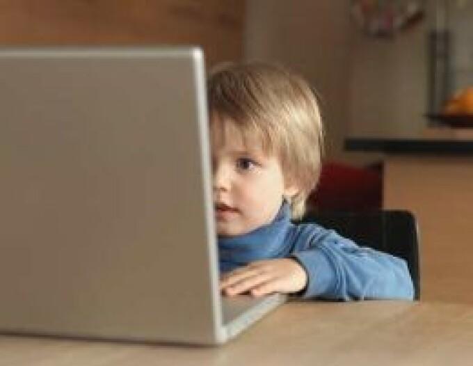 Ungaria: fetita bolnava de cancer, isi continua studiile cu o camera web
