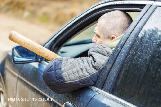sofer cu o bata de baseball in masina