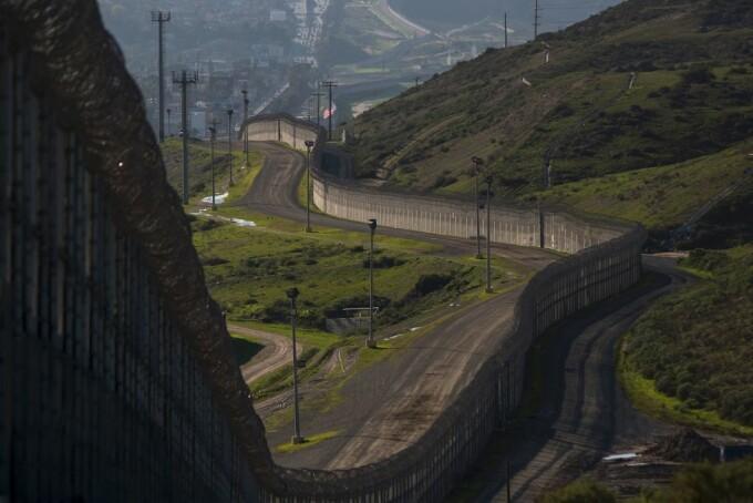 Zid existent la granita SUA-Mexic, in San Ysidro, California