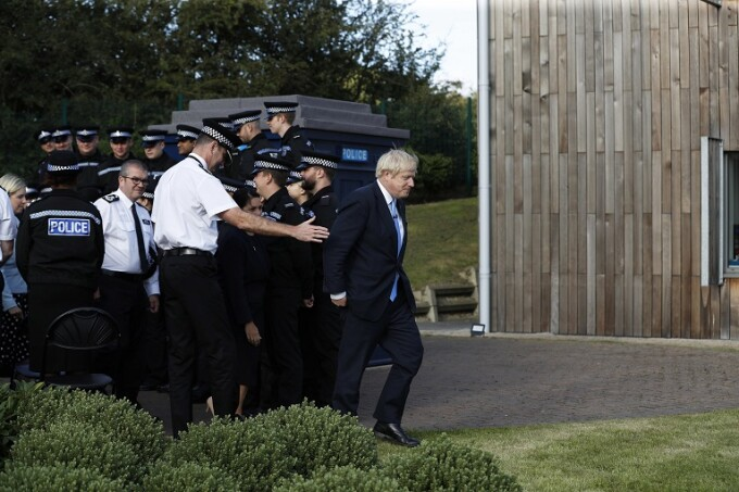 Boris Johnson si politisti britanici