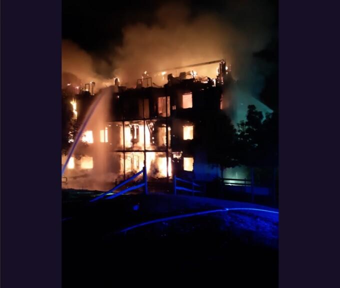 Un bloc de patru etaje a ars din temelii