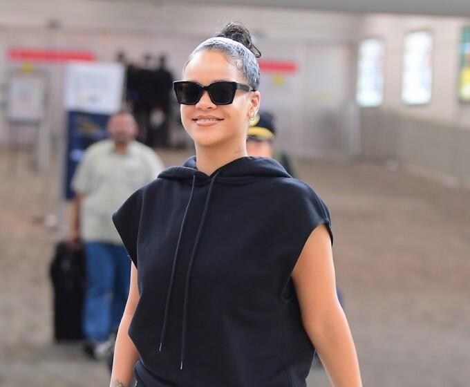 Accesoriul minuscul purtat de Rihanna la aeroport. A stârnit zâmbetele tuturor