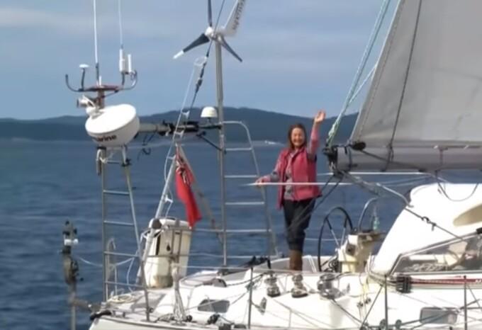 A navigat în jurul lumii de una singură la 77 de ani și a bătut un record