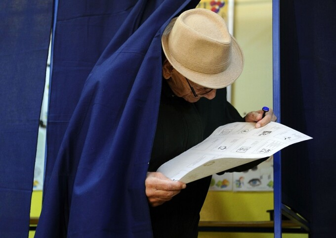 alegator cu buletinul de vot in mana