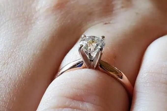 A vrut să se laude cu inelul de logodnă pe Facebook, dar în poză a apărut ceva neobișnuit