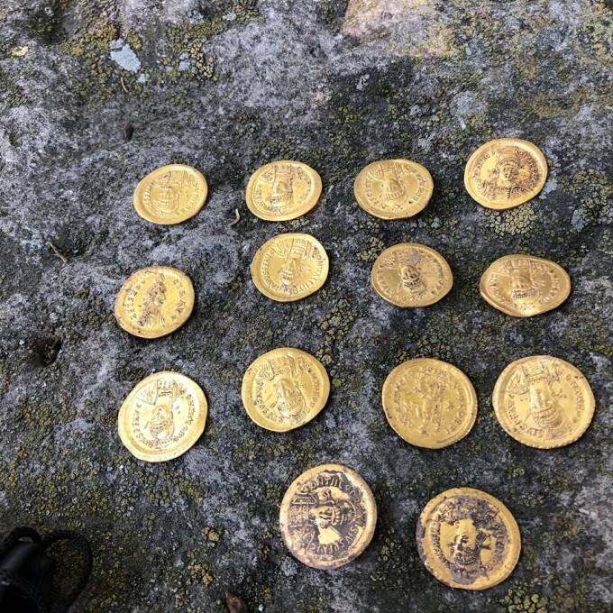 Zeci de monede din aur și bronz descoperite de arheologi - 4
