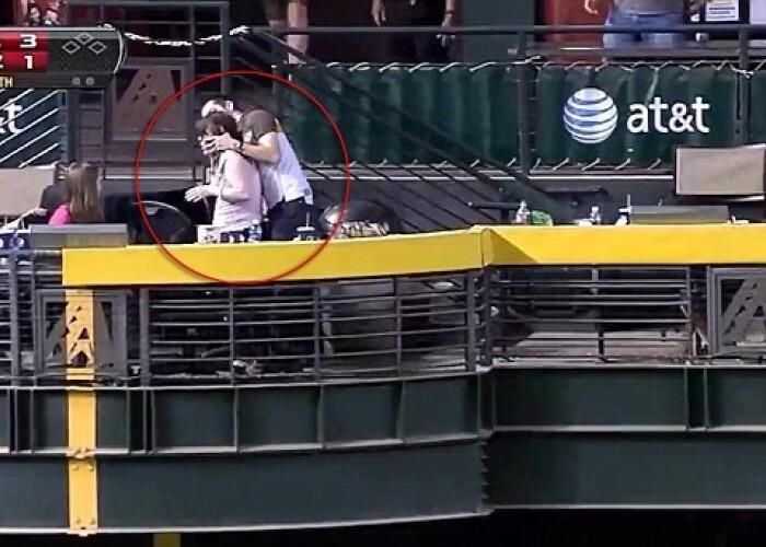 Gestul cu care si-a pus un stadion intreg in cap: Bravo, prietene! Ce i-a facut tipul acesta iubitei in timpul unui meci: VIDEO