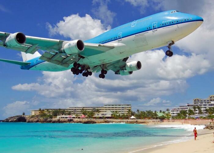 Avioanele coboara atat de mult incat aproape ca pot atinge nivelul la care este instalata o plasa de volei. Cele mai spectaculoase aeroporturi din lume: FOTO