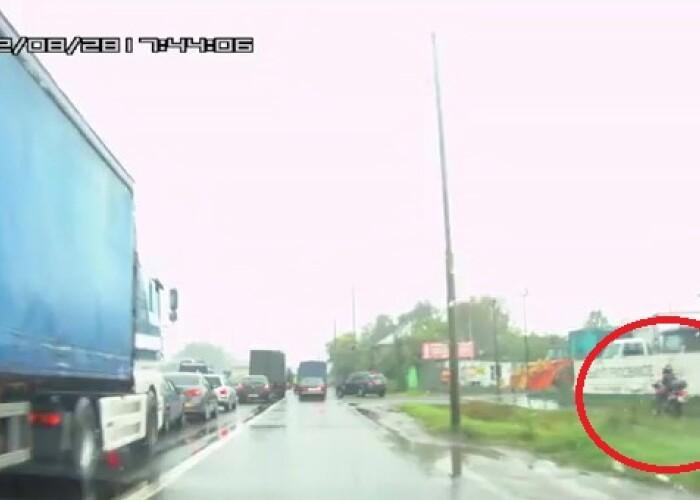 Ce se INTAMPLA daca te grabesti: ATENTIE mare la baiatul de pe MOTOCICLETA :) VIDEO