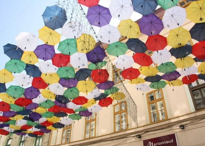 E in Romania: Strada pietonala, acoperita cu sute de umbrele! FOTO