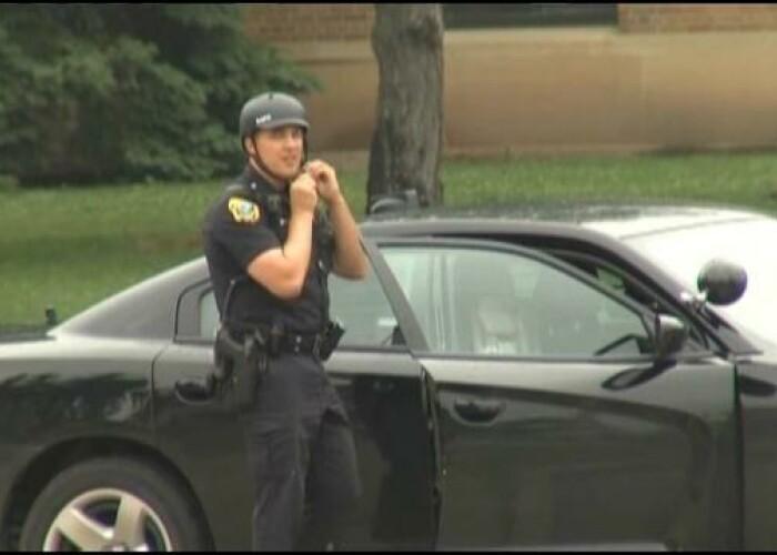 Oamenii isi rup gatul dupa mine cand ma vad Politistul care intoarce capete pe strada de fiecare data! VIDEO