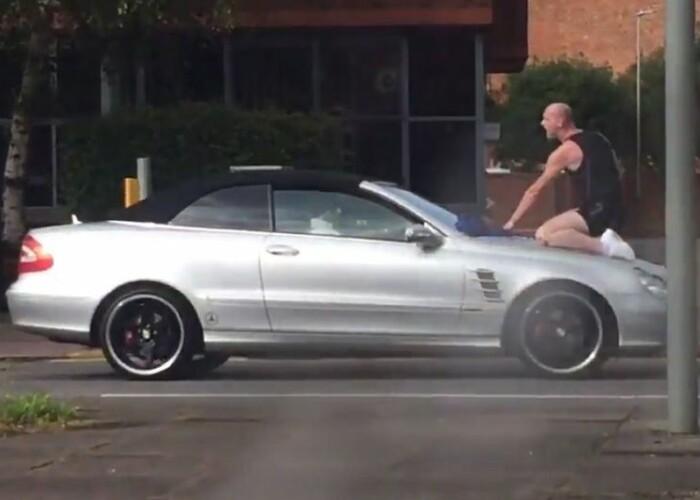Cel mai nervos barbat din lume! S-a suit pe capota unei masini aflata in miscare si a inceput sa injure! Ce s-a intamplat dupa