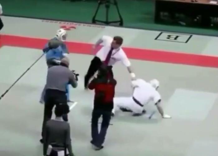 Bataie incredibila intre 2 luptatori la un concurs! Ce s-a intamplat cand arbitrul s-a bagat intre ei: au fost facuti KO!