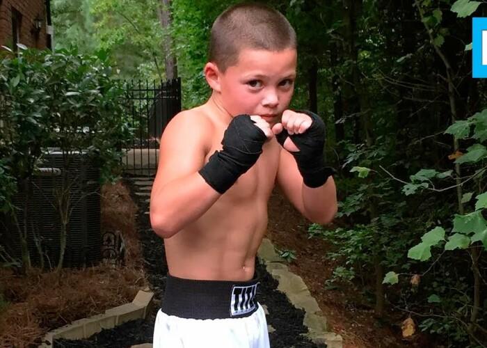 Are doar 10 ani, dar este un genial ce poate sa faca acesta baiat! Cum se antreneaza ca un adevarat campion la box