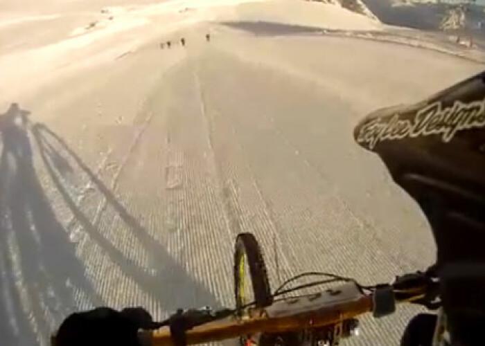 EXTREM: Cum se coboara 3,500 de metri din Alpi francezi, cu bicicleta, la 90 de km pe ora VIDEO