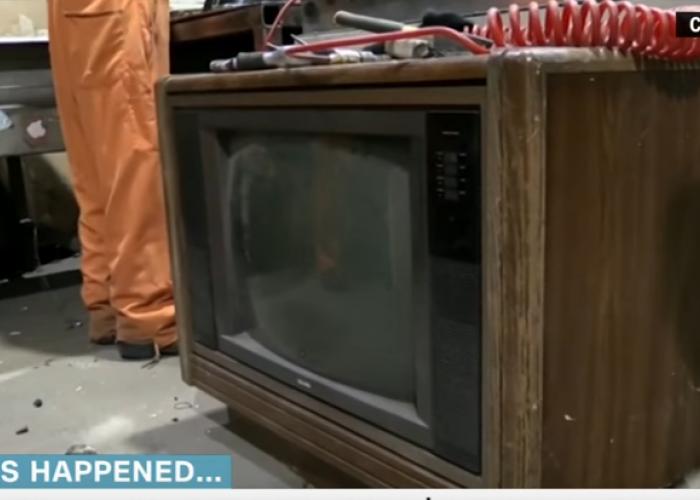 Comoara din televizor. Ce a gasit un barbat intr-un TV vechi de 30 de ani