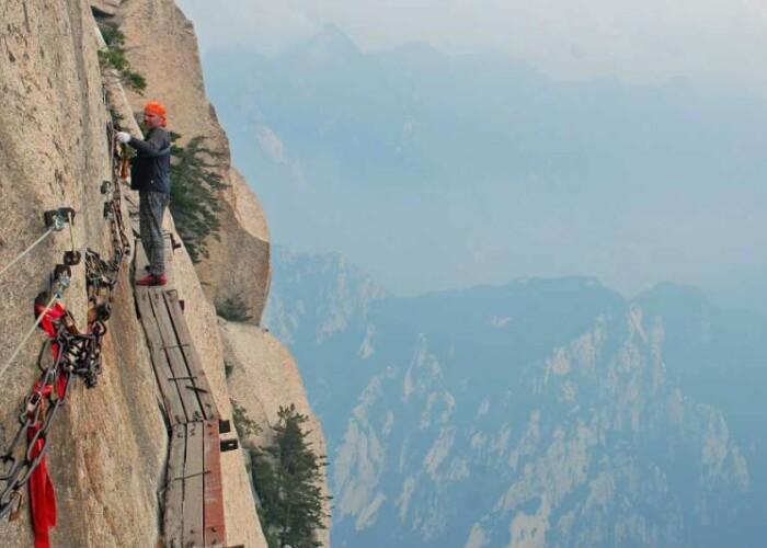 Mii de oameni merg pe scanduri la 2.000 de metri inaltime ca sa vada ce se afla in varful unui munte: Cele mai periculoase drumuri din lume! VIDEO