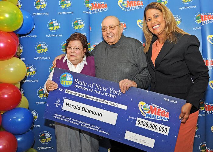 Draga mea, cred ca am castigat cativa banuti! Un pensionar de 80 de ani a castigat 326 de milioane de dolari la o loterie din SUA! VIDEO