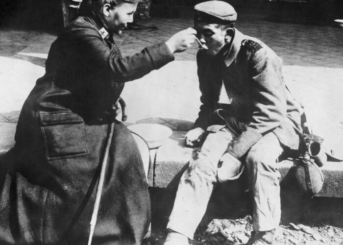 O asistenta de la Crucea Rosie din Franta hraneste un soldat ranit: Imagini emotionante din timpul Primului Razboi Mondial
