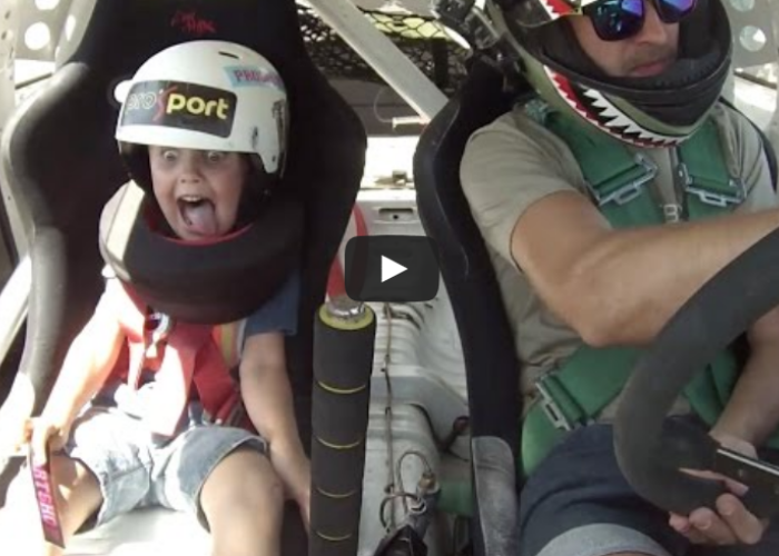 Si-a luat copilul la o cursa de drifturi si l-a pus pe scaunul din fata! Uite ce a urmat!