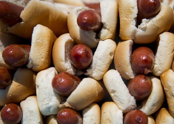 Cum arata barbatul care a mancat 70 de hot dogs in 10 minute