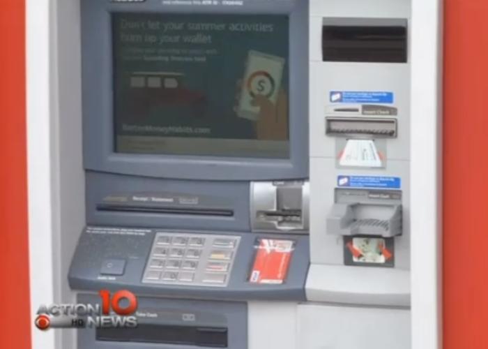 A mers la bancomat si in loc de bani a primit un biletel! A avut un soc cand a citit ce scria