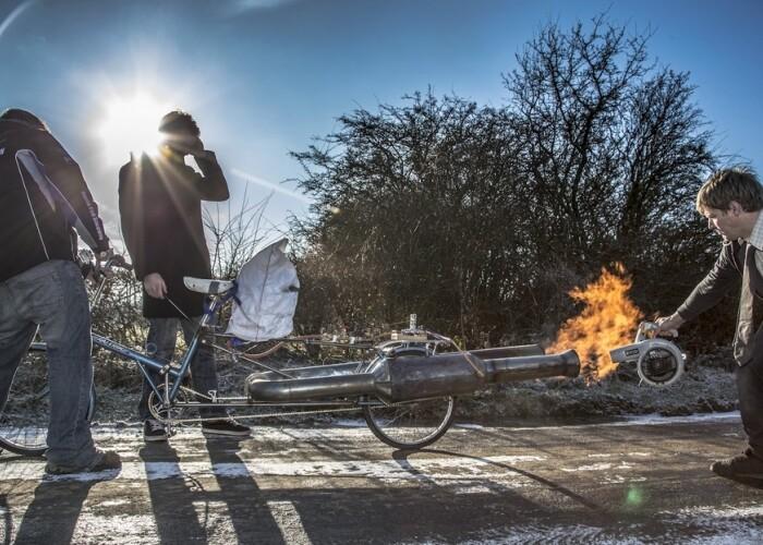 A transformat bicicleta bunicii intr-o BOMBA pe doua roti! Scuipa flacari si atinge 80 km/h! VIDEO
