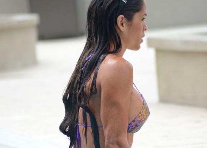 Femeia dupa care toti barbatii intorc capul se intoarce: A facut plaja intr-un costum de baie minuscul! FOTO