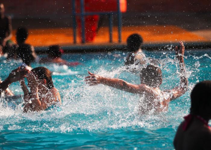 Inrosirea ochilor dupa o baie in piscina este cauzata de urina, nu de clor