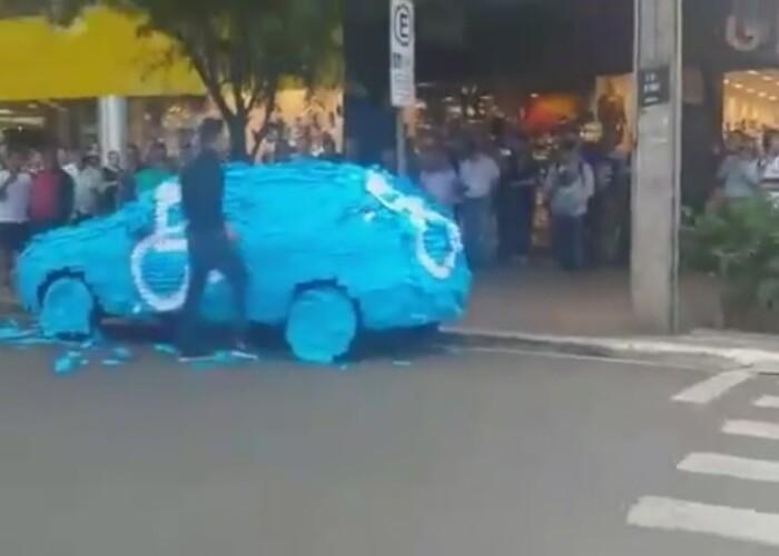 Ce a patit un barbat care a parcat pe locul pentru oameni cu handicap este incredibil! VIDEO