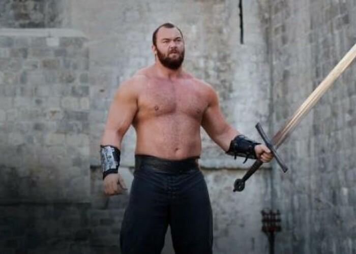 Pe el il stii ca Muntele din Game of Thrones, dar nu o sa-ti vina sa crezi cum arata iubita lui! Abia ii ajunge pana la piept! VIDEO