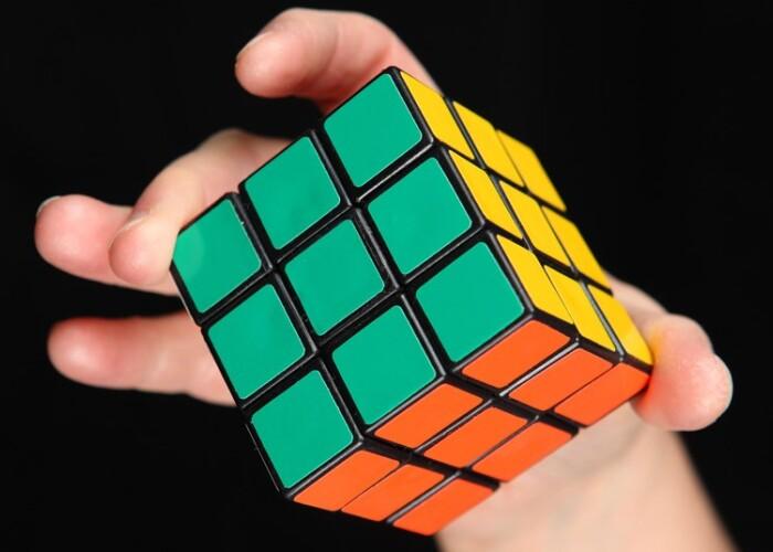 43 de cvintilioane de pozitii posibile, o singura solutie: Cum sa rezolvi un cub Rubik! VIDEO