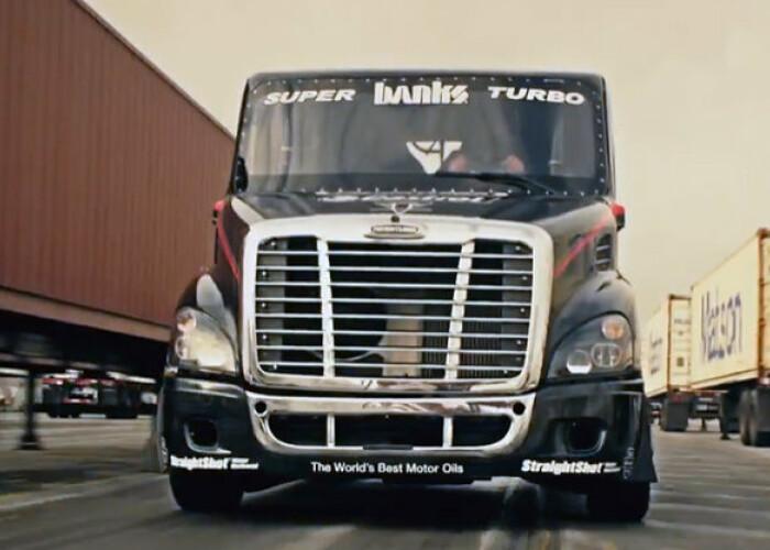 Nu esti in stare de asa ceva, garantam! Cea mai nebuna lectie de drifturi cu un camion de 5 TONE: VIDEO
